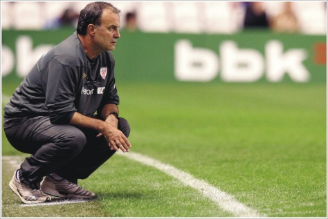 marcelo bielsa athletic club de bilbao agachado